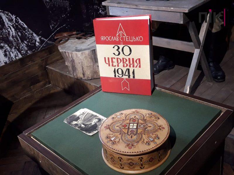 Скринька та фото: у Франківську передали особисті речі Степана Бандери (ФОТО)