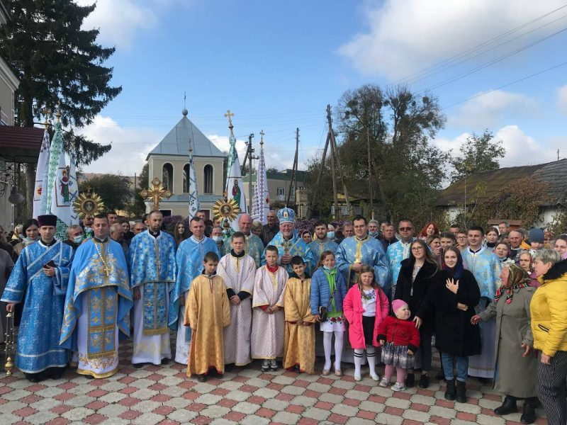 У Стратині на Рогатинщині на Покрови освятили новий престіл (ФОТО)