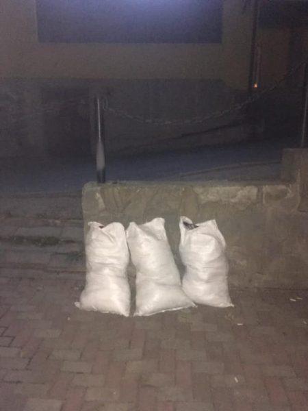 На щастя, не труп: у Косові загубили на дорозі мішки з одягом (ФОТО)